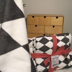 BRAND NEW TOWELS: Dark Grey Diamond Shape Print